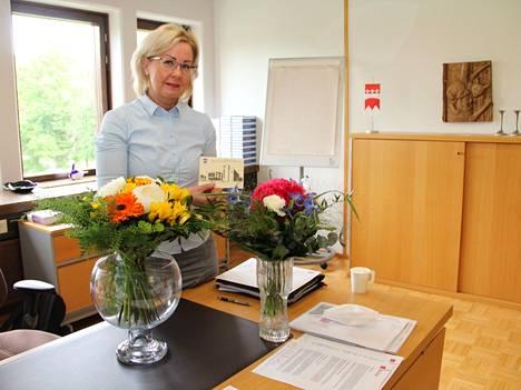 Hallintotieteiden maisterilla Anne Heusalalla on pitkä kokemus kunnallishallinnosta. Hän toimi Kuhmoisten kunnanjohtajana vuodesta 2007 viime viikon perjantaihin asti. Maanantaina hän aloitti Mänttä-Vilppulan kaupunginjohtajana.