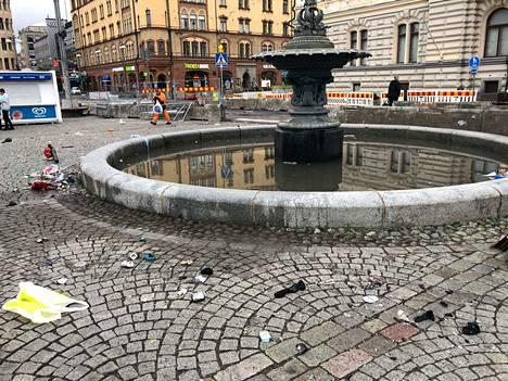 Tampereen Keskustorin siivoaminen oli aloitettu jo ennen aamukuutta. Tältä suihkulähde näytti kello 5.56 maanantaiaamuna.