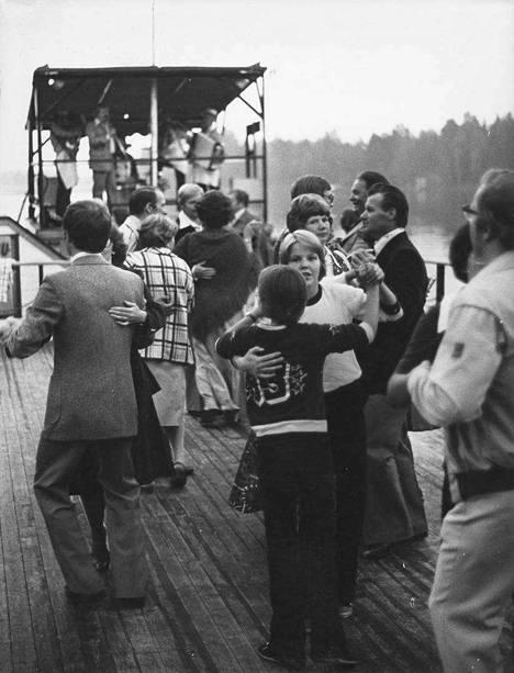 Tansseista maksettiin valtiolle oma osuutensa lipunhinnasta. Summan määrä on vaihdellut 20–50 prosentin välillä 1900-luvulla. Huvivero kumottiin Suomessa vasta vuonna 1981. Kuva on vuodelta 1977.