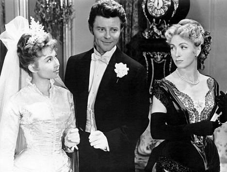 Suomessa nuoria miehiä ja naisia painostettiin naimisiin kovan verotuksen avulla. Jos oli yli 24-vuotias ja sinkku ja lapseton, joutui maksamaan vanhanpojan ja -piian veroa aina vuoteen 1975 saakka. Kuvassa kateellinen vanhapiika elokuvasta Lovers of Paris.