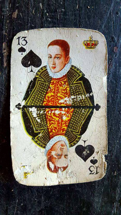 Korttipakkoja salakuljetettiin Suomeen paljon vielä 1970-luvulla verojen kiertämiseksi. Kuvan kortti on löytynyt maasta Ylöjärveltä ja sen epäillään olevan 1950-luvulta.