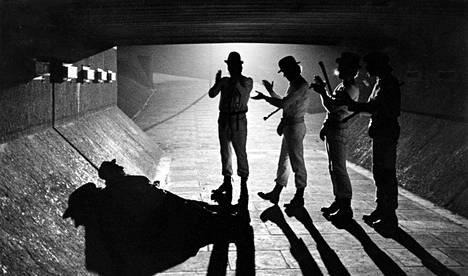 Huonoiksi luokitelluilla elokuvilla oli 1980-luvulla kova verotus. Esimerkiksi nykypäivän klassikko Kellopeliappelsiini sai vuonna 1985 kaikkein kovimman veroasteen, eli sen lippuhinnoista maksettiin valtiolle 30 prosenttia.