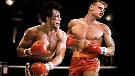 Elokuvista saatettiin lähes mielivaltaisesti leikata yksittäisiä kohtauksia. Esimerkiksi Sylvester Stallonen Rocky IV -elokuvan ottelukohtausta Dragon kanssa on lyhennetty.
