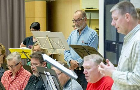 Harri Halme (keskellä) on laulanut Sekakuoro Kulkusissa jo 25 vuotta. Musiikki on hänelle kuin paristojen lataamista.