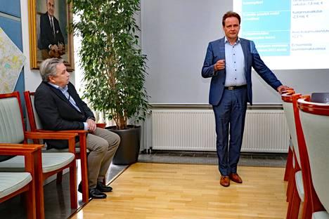 Talousjohtaja Fredrik Lindström (vasemmalla) ja vt. kaupunginjohtaja Tomi Suvanto ovat koonneet ensi vuodeksi tiukan talousarvion. Se yltää plussalle, vaikka Rauman investointitahti on reipas.