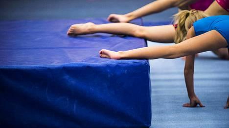 Kuvituskuva Ikurin liikuntahallilta, jossa tamperelaiset voimisteluseurat harjoittelevat.
