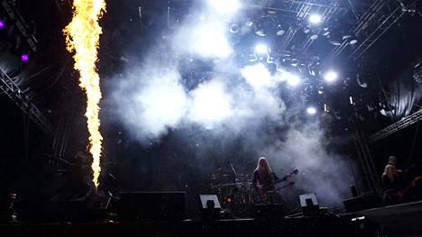Lavalla oli bändin lisäksi tulta ja savua.