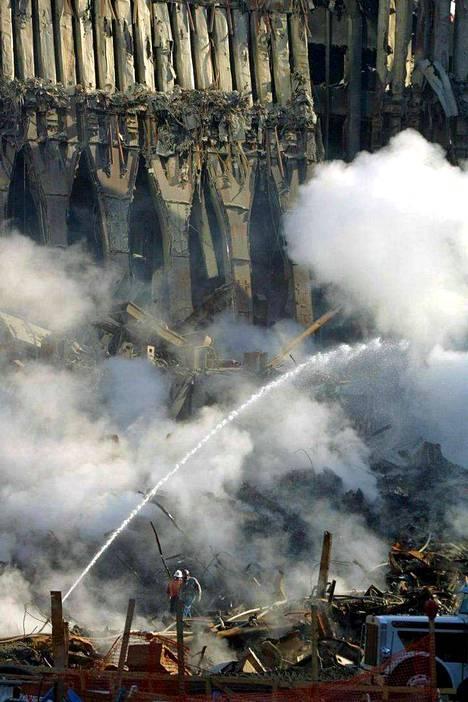Rauniot savusivat päiviä iskujen jälkeen. Kuva: Epa.