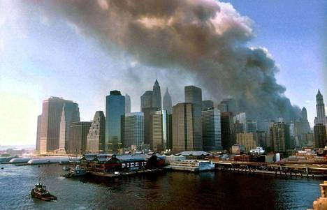 Näkymä Brooklynin sillalta näytti savuavan Manhattanin 11.9.2001. Kuva: Epa/César De Luca