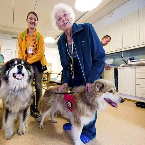 Vasemmalla Veera Salminen koiriensa Teddyn (vas.) ja Kingin kanssa. Oikealla Liisa Koski-Perttilä.