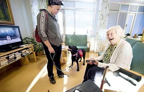 Susanna Miettisen labradorinnoutaja Armi vieraili Pirkko Mäkelän luona Tampereella Tammenlehväkeskuksessa. Mäkelän mielestä koiravierailu tuo       mukavaa vaihtelua päivään.