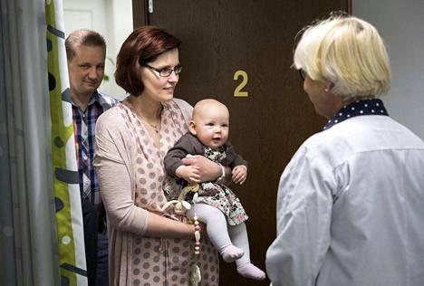 Osastonylilääkäri Helena Tinkanen näki ensimmäisen kerran Auroran, joka saapui vastaanotolle vanhempiensa Sanna ja Marko Lähdekorven kanssa. Hetki oli ikimuistoinen.