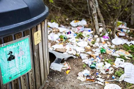 Tämän Taavetinlahdella sijaitsevan sekajätepisteen on tyhjentänyt urakoitsija Urbaser Oy. Jätehuoltoyhtiö Kiertokapulan mukaan Urbaser ilmoittaa heille, jos astioiden ympäristössä on roskia, minkä jälkeen Kiertokapulan omat työntekijät käyvät siivoamassa alueen. Perjantaina paikalla näytti tältä.