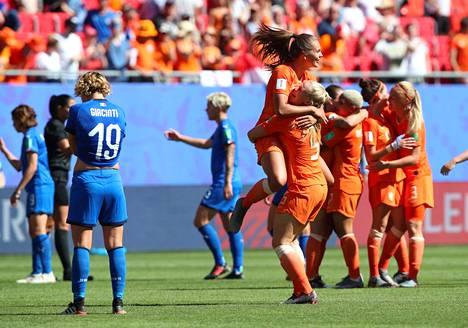 Hollanti juhli etenemistään MM-kisojen mitalipeleihin helteisessä Valenciennesissä. Puolivälierä Italiaa vastaan pelatiin noin 30 asteen lämpötilassa.