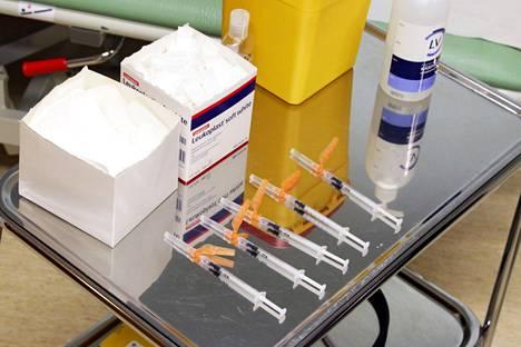 Toistaiseksi tiedetään varmuudella Nokialle saapuvat rokotemäärät vain viikoksi eteenpäin. 60–64-vuotiaat ovat jo voineet varata rokotusaikoja. Myös riskiryhmiin kuuluvien 16–64-vuotiaiden ja 65 vuotta täyttäneiden nokialaisten sähköinen rokotusajanvaraus on käynnissä.