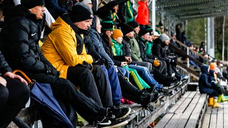Kaupin pääkentän katsomo oli suosituin paikka seurata perjantaina juniorien jalkapallo-otteluita synkän ja sateisen sään vuoksi.