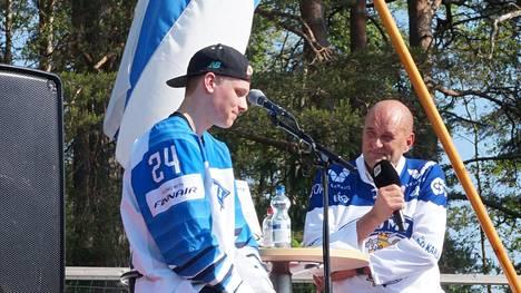 Liedon kunnanjohtaja Esko Poikela haastatteli kunnan tuoretta maailmanmestaria Kaapo Kakkoa Pahkamäen koulun kentällä kesällä 2019.
