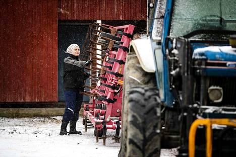 Kaisa Pihlaja on jo testannut työkoneiden kuntoa, jotta kaikki olisi valmiina, kun kevätkylvöt pelloilla alkavat.