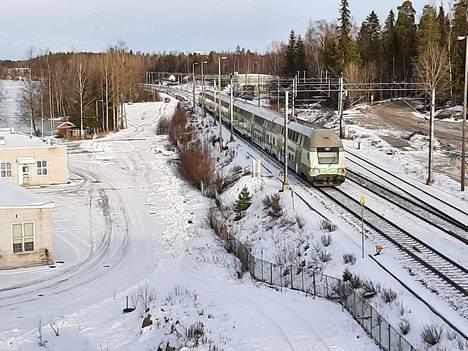 Juna oli pysähdyksissä hieman ennen puolta päivää Lempäälän Sääksjärvellä.