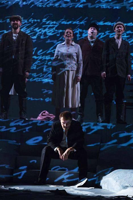 Näytelmän kuorolaulut soivat upeasti. Kuvassa alhaalla Tommi Raitolehto, ylhäällä vasemmalta Juha-Matti Koskela, Petra Karjalainen, Jari Leppänen ja Santeri Mäntylä.