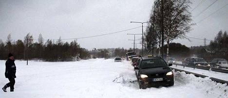 Paasikiventien lännensuuntainen osuus meni kokonaan tukkoon lumesta Santalahdessa.
