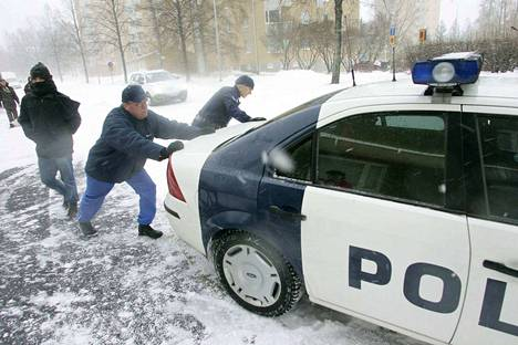 Poliisiauto jäi jumiin jalkakäytävälle Ilmarinkadulla Tampereen Kalevassa Pyryn päivänä 2006. Ohikulkija auttoi nuorempaa konstaapelia Toni Kranzia työntämisessä. Poliisit olivat olleet paikalla selvittämässä peltikolaria.
