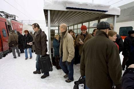 Lumi tukki Tampereen ratapihan vaihteet ja sotki junaliikenteen.