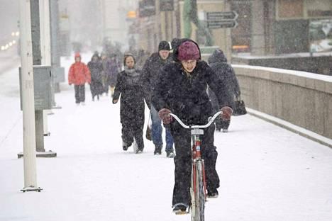 Ihmiset Hämeensillalla alkanutta myrskyä uhmaten Pyryn päivää edeltävänä päivänä vuonna 2006.