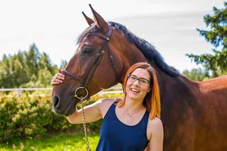 Colossal Order -peliyrityksen toimitusjohtaja Mariina Hallikainen käy talleilla hoitamassa hevosia töiden jälkeen päivittäin.