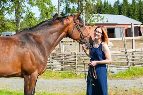 """Hallikainen omistaa kaksi hevosta. Kuvassa on 9-vuotias tamma Zazouu """"Tilda"""", saksalainen puoliverinen holsteininhevonen. Hallikaisen sisko kilpailee sillä esteratsastuksessa."""