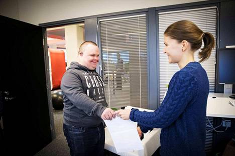 Työtoverit vaihtavat mielellään muutaman sanan, kun Jarkko tulee jakamaan postia. Krista Huhta-aho on ollut uudesta työkaverista iloinen.