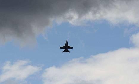 Hornettien seuraajan etsintä jatkuu, kun logistiikkalaitos käy läpi valmistajilta saadut tietopyyntövastaukset.