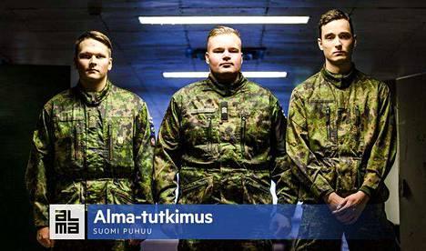 Jääkäriprikaatissa varusmiespalvelusta suorittavat Mikko Karén (vas.), Urho Haho ja Yannick Rousselle suhtautuvat tulevaisuuteen luottavaisin mielin. Isänmaan puolustaminen motivoi, vaikka sodan syttymistä nuoret eivät pidä kovin todennäköisenä.