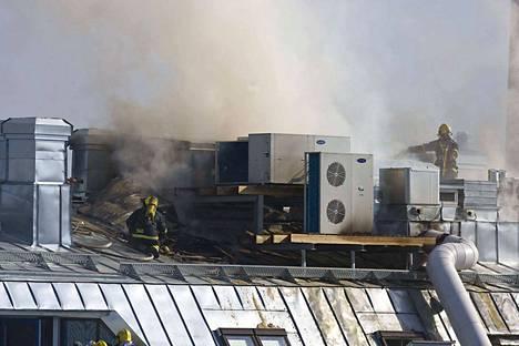 Tampereen keskustorilla sijaitsevassa McDonald'sissa syttynyt tulipalo levisi kerrostalon katolle asti.