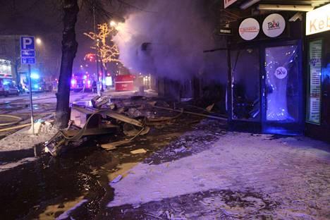 Tuhopolton takana olivat ravintolan omistaja ja hänen veljensä. He olivat valelleet ravintolan sisätilat bensiini-diesel-ruokaöljy-seoksella.