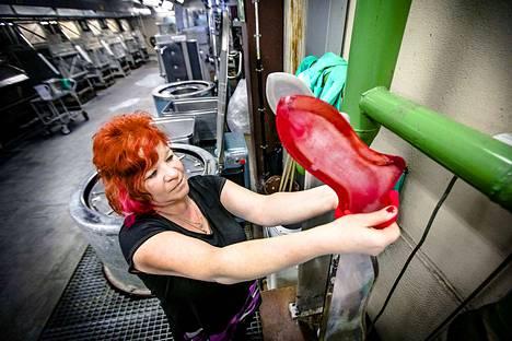 Sanna Huttunen on värjännyt 15 vuotta sukkahousuja Tornion sukkatehtaalla.