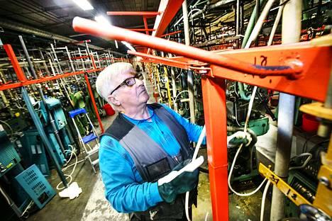 Laitosmies Maunu Männistön työura sukkatehtaalla alkoi vuonna 1974. Ensi vuonna hän on eläkkeellä.
