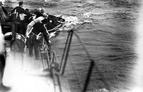 Vuonna 1929 höyrylaiva Kurun uppoaminen vaati noin 140 uhria Näsijärvellä 7. syyskuuta. Aamulehden Veikko Kanninen sitoi itsensä aluksen korsteeniin saadakseen parhaat otokset. Ne kelpasivat jopa saksalaislehdille.