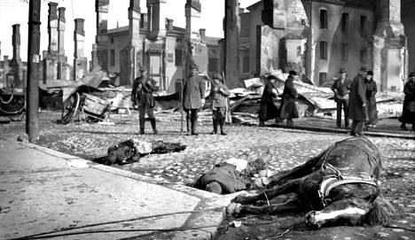 """Sodista, epidemioista ja onnettomuuksista uutisointi on aina ollut median tehtävä. Tammikuun 28. päivänä 1918 Aamulehti julkaisi rauhan puolesta vielä pääkirjoituksen """"Isänmaan hätä"""".        Tämän jälkeen lehden ilmestyminen estettiin kahdeksi kuukaudeksi, joten lehti ei enää päässyt kertomaan sotauutisia, vaikka kansan tiedonnälkä oli valtava."""