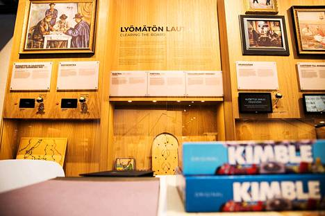"""""""Lyömätön lauta"""" eli Fortuna löysi tiensä jopa Englannin kuninkaalliseen hoviin. Etualalla Kimble, joka on suomalainen lisenssi yhdysvaltalaisesta Trouble-pelistä."""