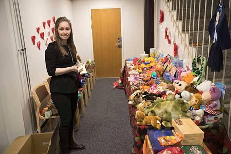 Pelastusarmeijan sosiaaliohjaaja Veera Haapaniemi esittelee ilmaisten lelujen tarjontaa.