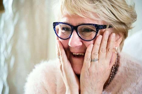 Saattohoitaja Paula Holmela muistuttaa, että hänen työnsä ei ole pelkkää kuolemaa. Päin vastoin. – Työni on täynnä rikasta elämää, naurua ja yhdessäoloa. Se on maailman paras työ.