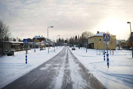 Vuonna 2014 Kuhmoisten kunnan väki oli Suomen toiseksi vanhinta. Kuhmoisten keskusta, Toritie.