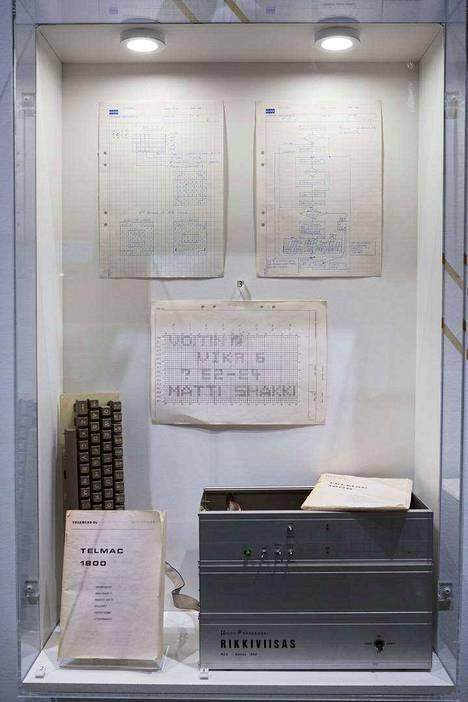 Rakennussarjasta kootulle Telmac-tietokoneelle tehty shakkipeli Chesmac (1979) oli Suomen ensimmäinen kaupallinen peli. Sitä myytiin 104 kappaletta.