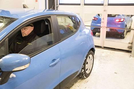 Eri puolille sijoitetut peilit heijastavat näkymän autosta takaa katsastajalle.