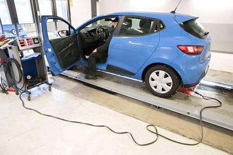 Antti Sinisalon <br>käsittelyssä karkinvärinen Renault joutuu kivuttomaan pakokaasutestiin. Kevyesti kaasua ja lukemat mittaristosta katsastusohjelmaan.