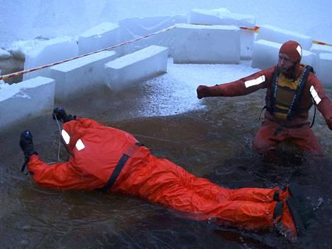 Eräopas Mika Aronen näytti Nicholas Montemaggille, miten vedestä noustaan ylös.