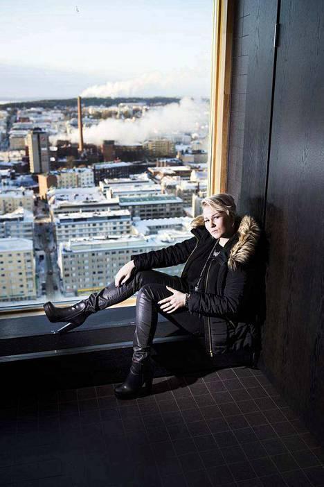 Tamperelainen Noora Louhimo laulaa Battle Beast -hevibändissä, valmentaa laulajia ja opiskelee Tamkissa Music production -linjalla.