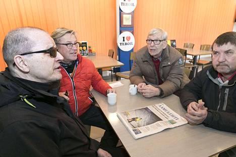 Pertti Kirjonen (vas.), Eke Kivanummi, Olavi Helin ja Tapio Matsola ovat kantaporukkaa. Kirjonen käy joka päivä kahvilla.