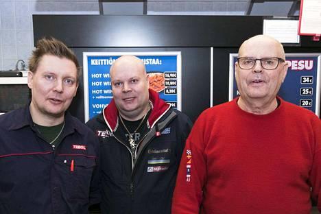 Karri (vas.), Jarno ja Raimo Lehtinen pyörittävät pidettyä huoltista.